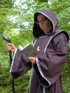 Mönch trägt vor