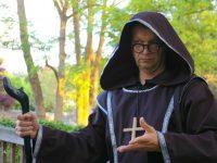 Mönch am Haltepunkt